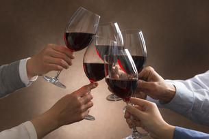 ワインで乾杯する男女の写真素材 [FYI04834620]