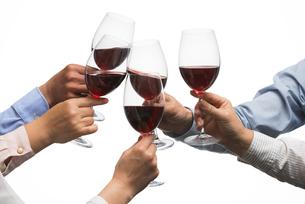 ワインで乾杯する男女の写真素材 [FYI04834622]