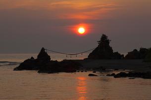 出羽二見の夕日の写真素材 [FYI04834805]
