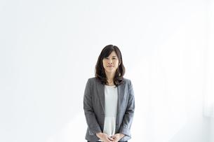 ミドル世代の日本人ビジネスウーマンの写真素材 [FYI04834854]