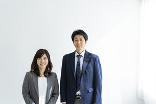 ミドル世代の日本人ビジネスマンとビジネスウーマンの写真素材 [FYI04834855]
