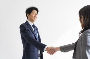 握手をする日本人ビジネスマンの写真素材 [FYI04834858]