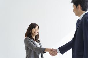 握手をする日本人ビジネスウーマンの写真素材 [FYI04834861]