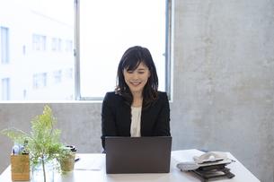 オンラインミーティングをする日本人ビジネスウーマンの写真素材 [FYI04834872]
