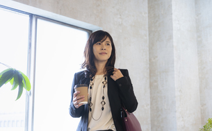 バッグを肩に掛けた日本人ビジネスウーマンの写真素材 [FYI04834873]