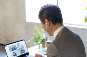 オンラインミーティングをするシニア世代の日本人ビジネスマンの写真素材 [FYI04834875]