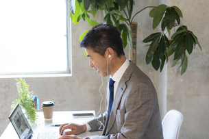 オンラインミーティングをするシニア世代の日本人ビジネスマンの写真素材 [FYI04834876]