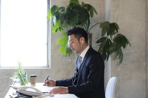 オンラインミーティングをする日本人ビジネスマンの写真素材 [FYI04834878]