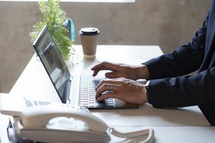 ノートパソコンを操作するビジネスマンの手元の写真素材 [FYI04834879]
