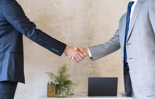 握手をするビジネスマンの手元の写真素材 [FYI04834881]