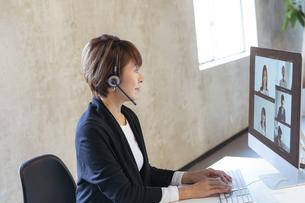 オンラインミーティングをする日本人ビジネスウーマンの写真素材 [FYI04834882]