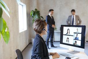 オンラインミーティングをする日本人ビジネスウーマンの写真素材 [FYI04834883]