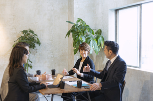 ミーティングをするビジネスマンとビジネスウーマンの写真素材 [FYI04834884]