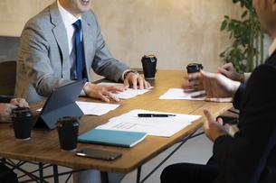 ミーティングをするビジネスマンの写真素材 [FYI04834885]