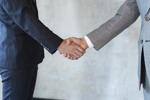 握手をするビジネスマンの手元の写真素材 [FYI04834900]