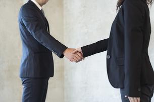 握手をするビジネスマンとビジネスウーマンの写真素材 [FYI04834902]