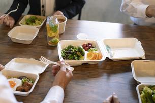テイクアウトフードの食事の写真素材 [FYI04834905]