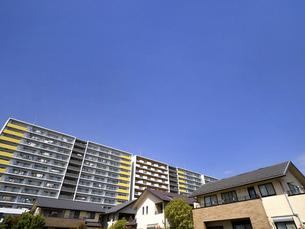 大型マンションと住宅街の写真素材 [FYI04834985]