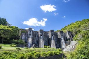 豊稔池ダムの青空と雲(横構図)の写真素材 [FYI04835307]