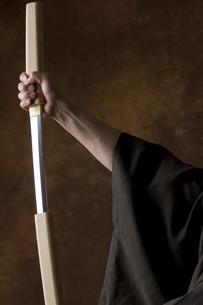 日本刀を持つ男性の手の写真素材 [FYI04835370]