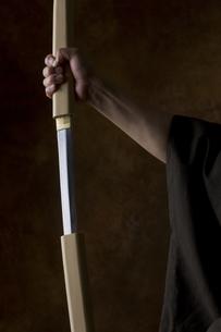 日本刀を持つ男性の手の写真素材 [FYI04835371]