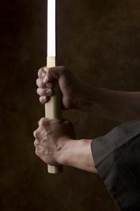 日本刀を持つ男性の手の写真素材 [FYI04835372]