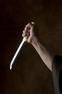 匕首を持つ男の手の写真素材 [FYI04835373]