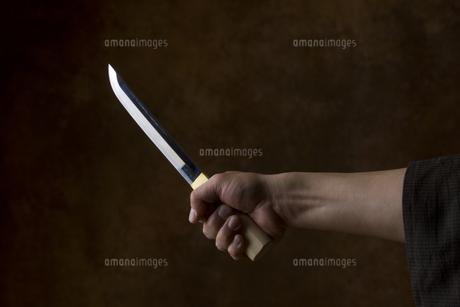 匕首を持つ男の手の写真素材 [FYI04835374]