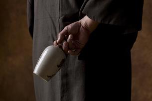 徳利を持つ男の手の写真素材 [FYI04835376]
