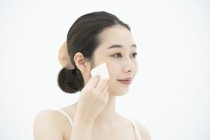 化粧・パフ・女性の写真素材 [FYI04835394]
