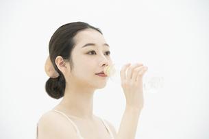 女性・美容・水の写真素材 [FYI04835402]