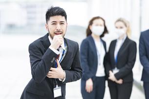 マスクなしで咳き込むビジネスマンの写真素材 [FYI04835469]