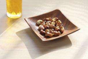 木製の皿にのせたフライビーンズとビールの写真素材 [FYI04835491]