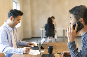 デスクワークをする日本人ビジネスマンの写真素材 [FYI04835524]