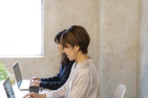 ノートパソコンを操作する日本人ビジネスウーマンの写真素材 [FYI04835525]