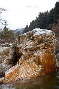 【地学教材】12月 足尾山地大芦川のタイガーロック(虎岩)の写真素材 [FYI04835562]