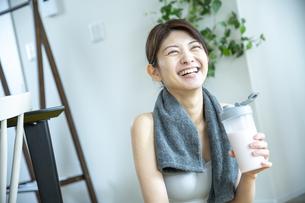 プロテインを飲む女性の写真素材 [FYI04835624]