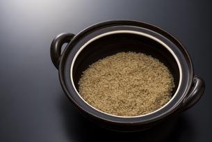 土鍋と玄米の写真素材 [FYI04835770]