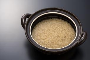土鍋と玄米の写真素材 [FYI04835771]