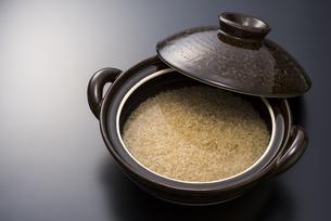 土鍋と玄米の写真素材 [FYI04835772]