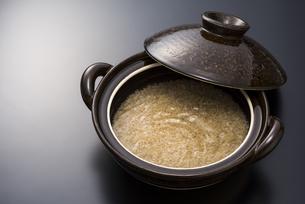 土鍋と玄米の写真素材 [FYI04835774]