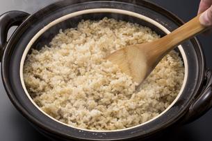 炊きたての玄米ご飯の写真素材 [FYI04835783]