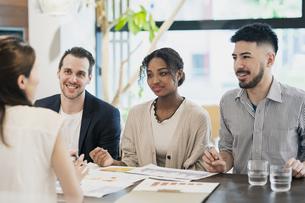 カジュアルな雰囲気のオフィス空間でミーティングするビジネスマンたちの写真素材 [FYI04835985]