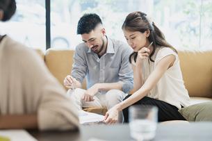 カジュアルな雰囲気のオフィス空間でミーティングするビジネスマンたちの写真素材 [FYI04835994]