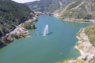 桜咲く市房ダムの写真素材 [FYI04836010]