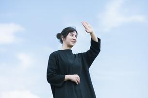 女性ポートレートと青空の写真素材 [FYI04836198]
