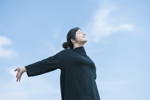 女性ポートレートと青空の写真素材 [FYI04836200]