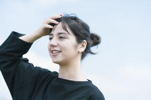 女性ポートレートと青空の写真素材 [FYI04836211]
