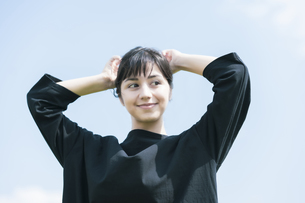 女性ポートレートと青空の写真素材 [FYI04836213]