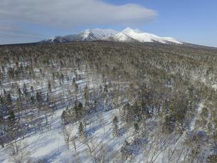空撮・冬の斜里岳(北海道・斜里町)の写真素材 [FYI04836302]